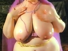 Arab Babe like to Show Her Body2