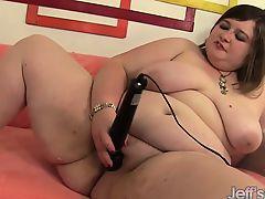 Chubby beauty inserts dildo